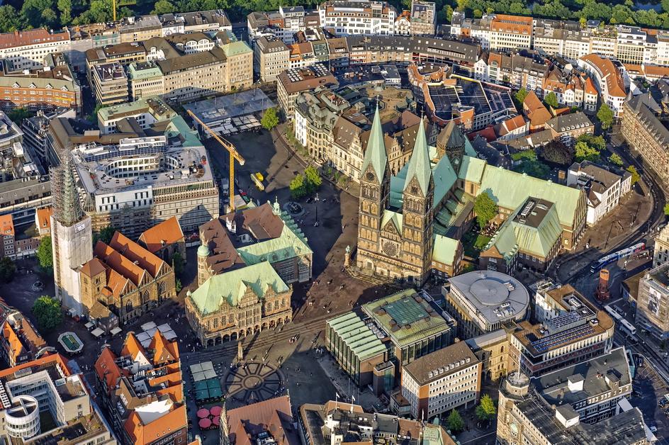 Bremen - Blick auf das Bremer Stadtzentrum mit Dom, Rathaus und Haus der Bürgerschaft Foto: Von Schulzff (Wikimedia)