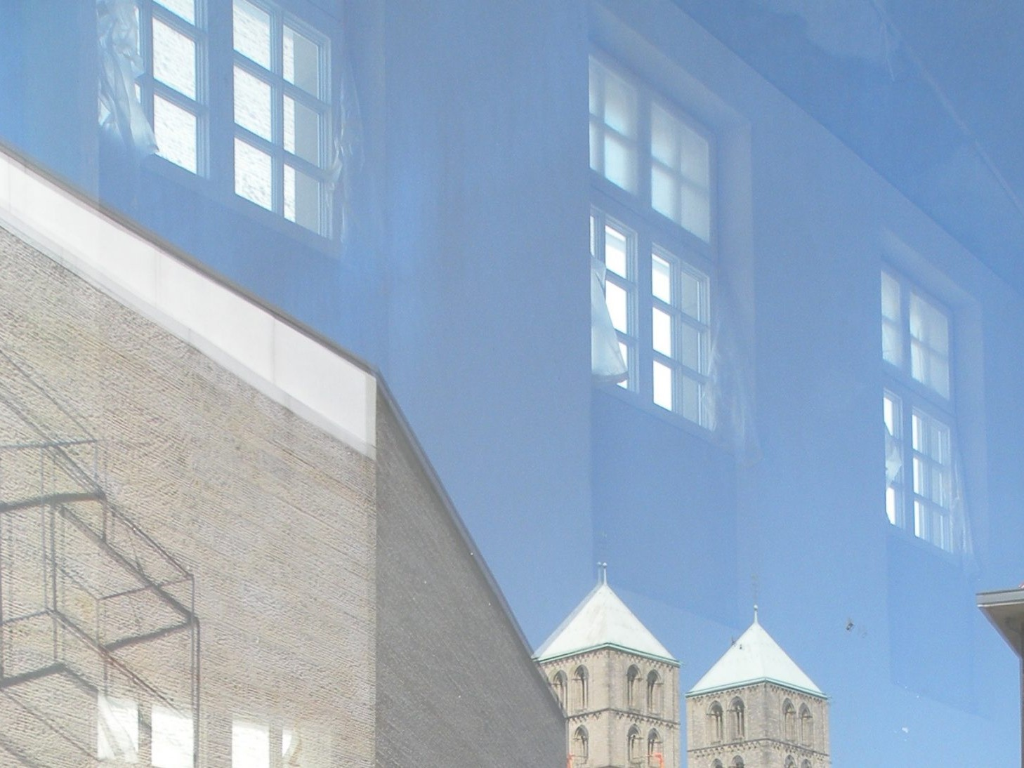 Münster: Spiegelung im Fenster des Geo-Museums - Foto: Stefan Rethfeld