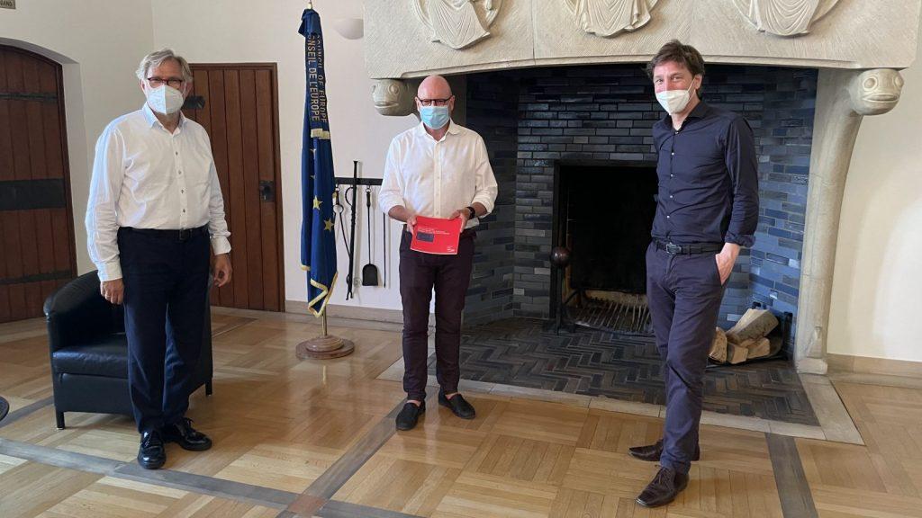 """Vertreter der Initiative """"Schloss Platz Kultur 2020"""" (Ulrich Krüger, Stefan Rethfeld) überreichen Abschlussbericht an Oberbürgermeister Markus Lewe - Bildnachweis: SPK"""