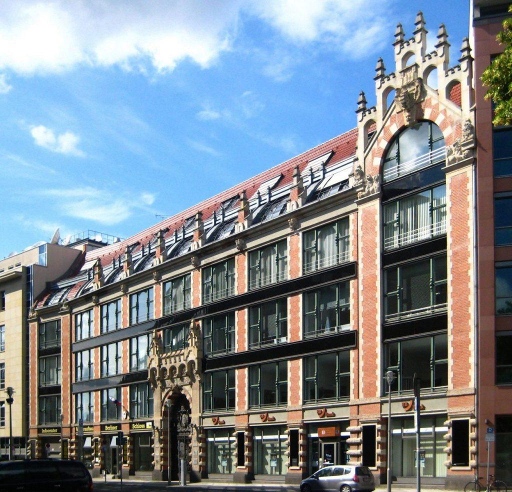 """Slowenische Botschaft, Ehem. Geschäftshaus """"Am Bullenwinkel"""", Hausvogteiplatz 3-4, Berlin - Foto: Wikimedia, Beek100"""